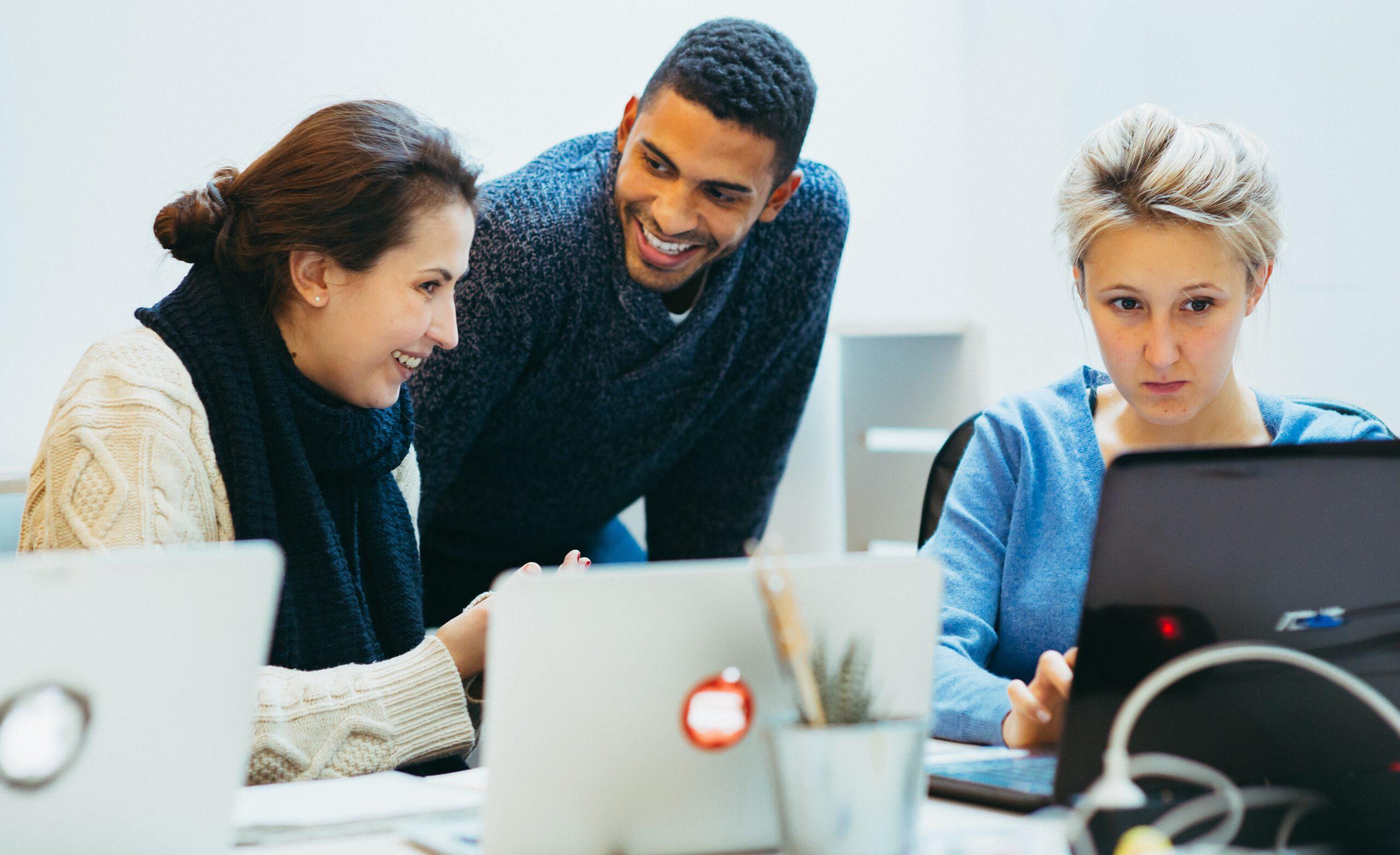IT-Schulungen für Gruppen mit Trainer und Laptop.